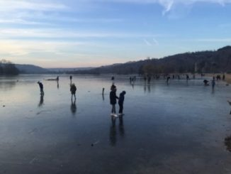 Des personnes marchent sur le lac Kir gelé